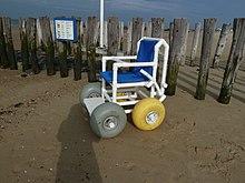 Rannas asuv tara on ees nelja laia õhupalliga ratastega tool